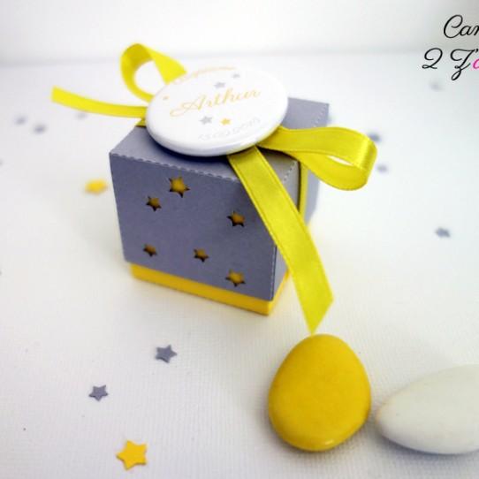 boite double étoile jaune gris badge 1