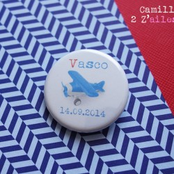 badge avion bleu