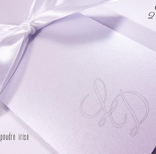 faire-part initiales amoureux rose poudré irisé ruban blanc 2