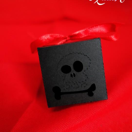 boite pirate tete mort noir rouge