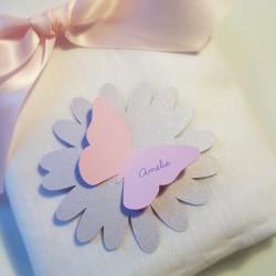 marque-place papillon fleur rose poudré irisé dragée