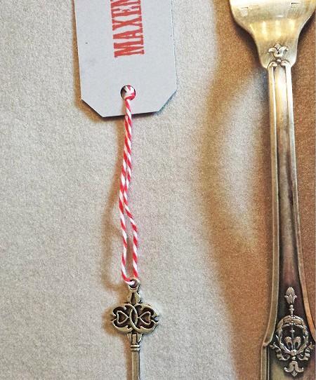 marque-place clé tag chevalier gris rouge 1