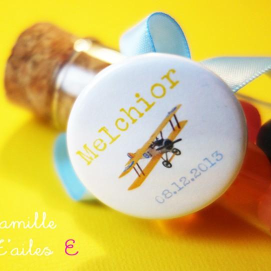 badge avion vintage jaune