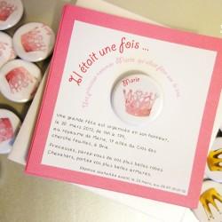 invitation carrée princesse badge magnet 32 couronne